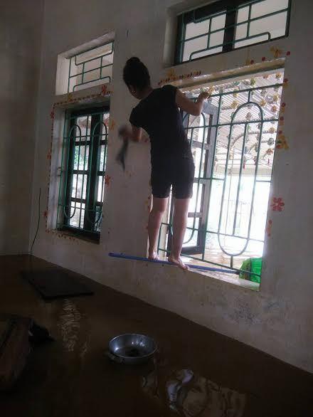 Cô giáo dầm mình trong nước lũ vệ sinh lớp học