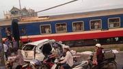 Hà Nội: Tàu hỏa đâm nát ô tô, 4 người tử vong