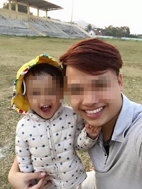 Chồng lặng người ôm con 6 tháng tuổi nhìn vợ bỏ theo trai