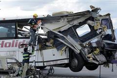 Xe buýt húc thẳng đuôi xe tải, 13 người chết thảm