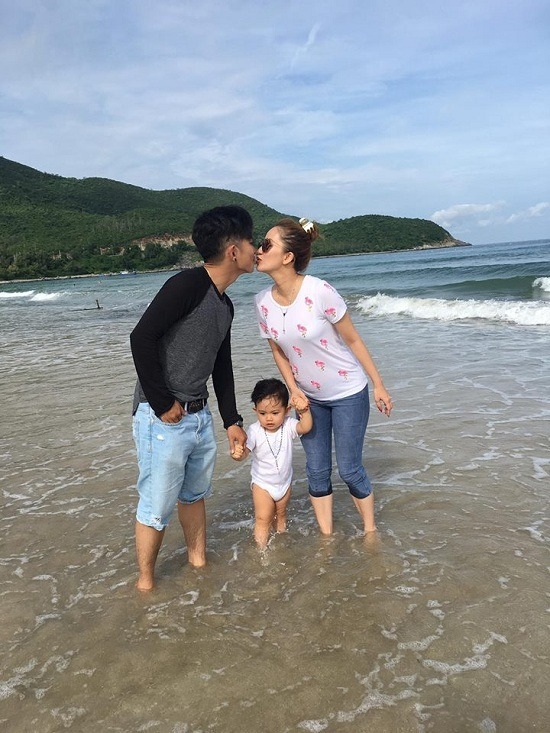 Khánh Thi - Phan Hiển hâm nóng tình yêu, hôn nhau giữa biển