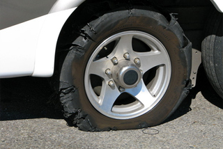 Làm gì khi xe bị nổ lốp?