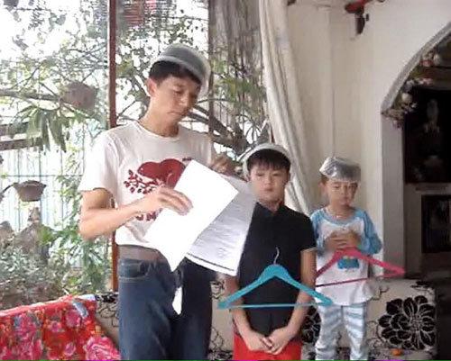 Hài hước ba bố con đọc 'diễn văn' mừng sinh nhật mẹ