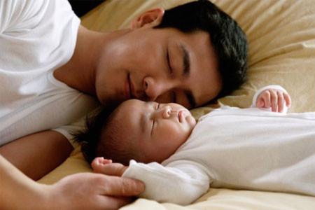 Bố đơn thân quặn lòng khi con thơ khóc khan tiếng đòi mẹ