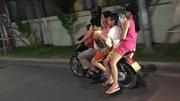 Thót tim người đàn ông chở 5 cháu bé đầu trần đi xe máy