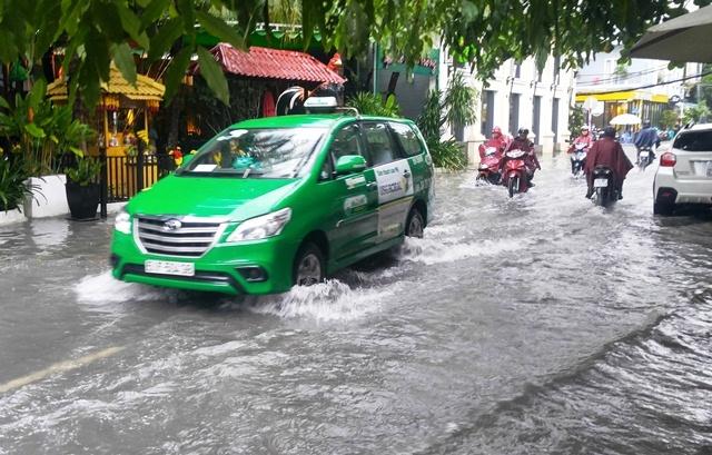 Mưa 30 phút cửa ngõ Tân Sơn Nhất lại ngập nước, tắc đường