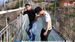Du khách xin 'cứu mạng' khi đi trên cầu kính ở Trung Quốc