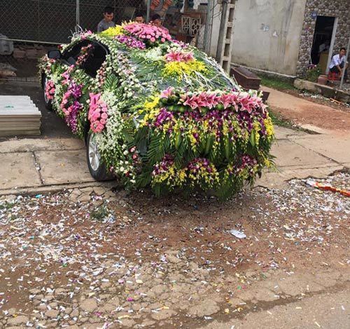 Chiếc xe dâu 'nhiều hoa nhất quả đất' của chú rể Nghệ An