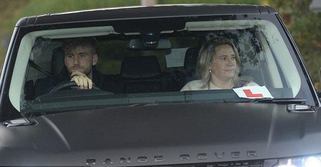 Martial từ bỏ siêu xe, Mata quấn quít với De Gea