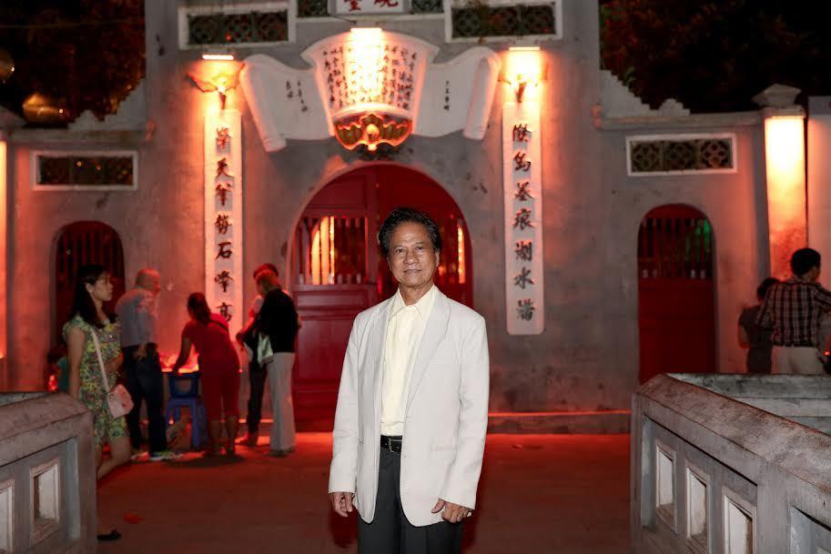 Fan nữ lớn tuổi 'náo loạn' Bờ Hồ vì Chế Linh