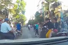 Thanh niên lái xe SH tạt đầu ô tô khiến bạn gái ngã xuống đường