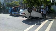 Ô tô lật ngửa sau cú tông như phim hành động ở Sài Gòn