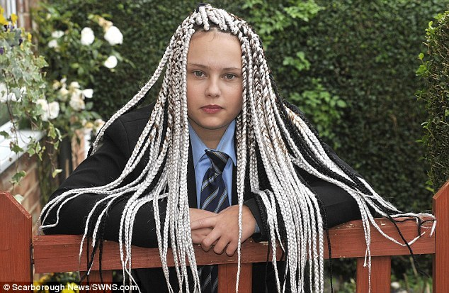Con gái bị đuổi ra khỏi trường vì tóc lạ, bố nổi giận với trường