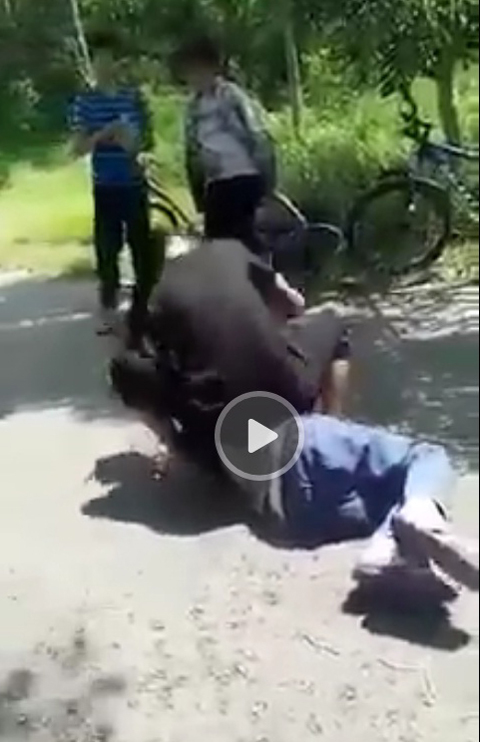 Nữ sinh bị đánh hội đồng, bắt quỳ gối liếm chân