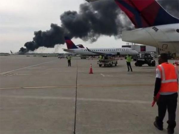 Máy bay Mỹ bốc cháy ngùn ngụt trên đường băng