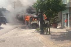 Xế hộp bốc cháy nghi ngút trước cửa trụ sở công an