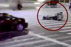 Người ngồi xe lăn ngã trước đầu ô tô, tài xế gọi cảnh sát ngay lập tức