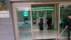 Đôi giày bẩn trước cây ATM gây xúc động mạnh