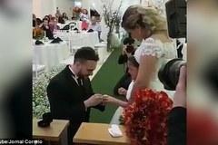 Bố dượng bất ngờ trao nhẫn cho con gái trong ngày cưới