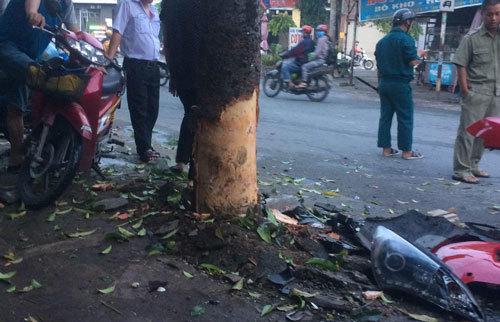 Giải cứu tài xế mắc kẹt trong xế hộp húc cây xanh ở Sài Gòn
