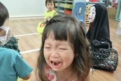 Cô bé hóa trang thành Vô Diện vào dịp Halloween khiến bạn bè ở trường học phát khóc