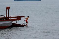 Thanh niên co ro trên bờ, người già lao ra biển tắm