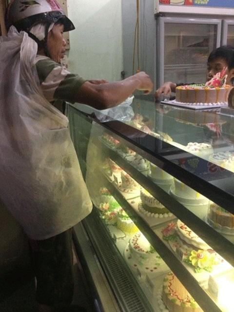 Người cha khắc khổ mua bánh và hành động lạ của cô gái trẻ