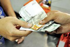 Trả tiền thừa bằng kẹo: Chiêu trò lãi khủng của siêu thị