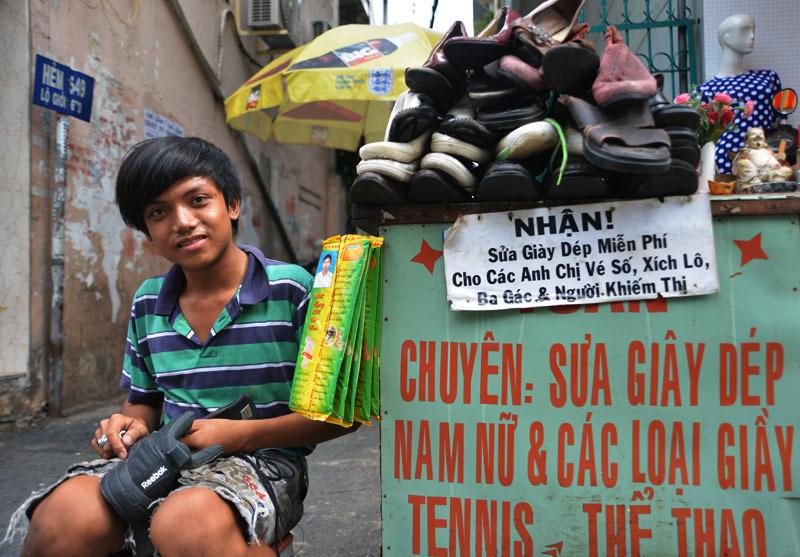 Chàng trai sửa giày miễn phí cho người nghèo ở Sài Gòn