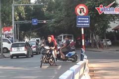 Hồn nhiên lao vào đường cấm giữa Hà Nội