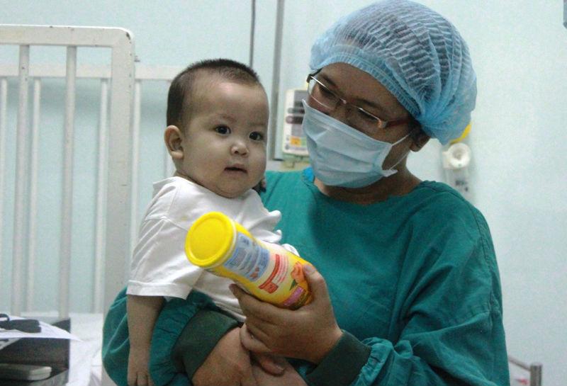 Bé trai 13 tháng tuổi được ghép gan từ bố giờ ra sao?