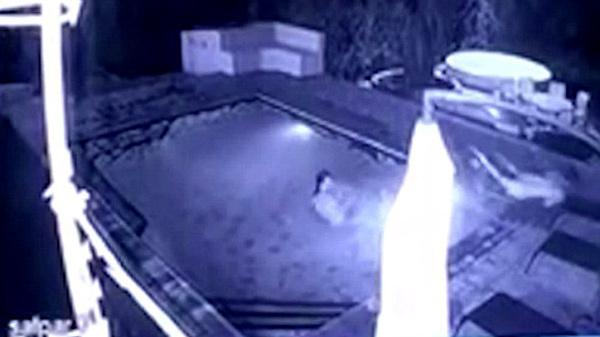 [VietnamNet.vn] Cá sấu 'khủng' tấn công bạn gái đang tắm, người tình bỏ chạy