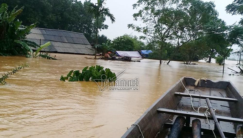 Tại xã Hương Thủy (Hà Tĩnh), nhiều ngôi nhà nước ngập tới mái. Người dân buộc phải leo nóc nhà tránh lũ. Ảnh: VNN