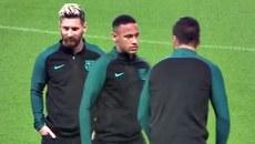 """Neymar sôi máu, nhìn Suarez bằng """"ánh mắt mang hình viên đạn"""""""