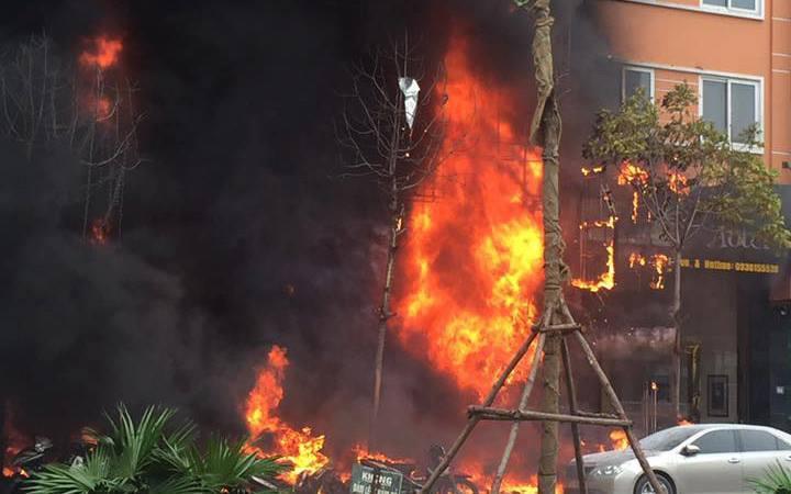 Cháy lớn kinh hoàng tại quán karaoke