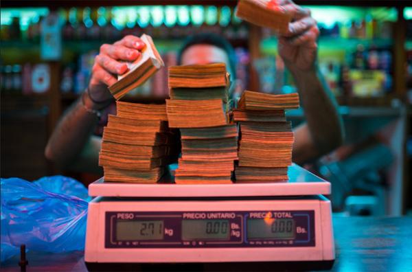 Vác bao tải tiền đi chợ, cân tiền để mua bánh
