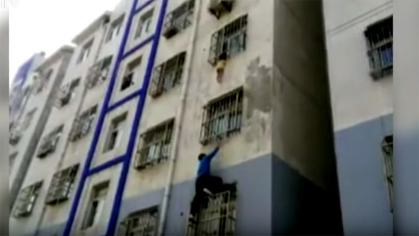 [VietnamNet.vn] Xem người hùng tay không leo nhà tầng cứu bé 2 tuổi