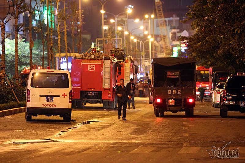 'Không biết dùng bình cứu hỏa, chúng tôi đập cửa các phòng hát'