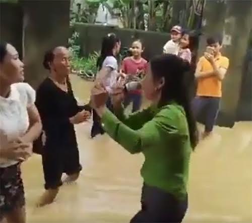 Cụ bà, thanh niên nhảy, hát trong đám cưới chạy lũ ở Quảng Bình