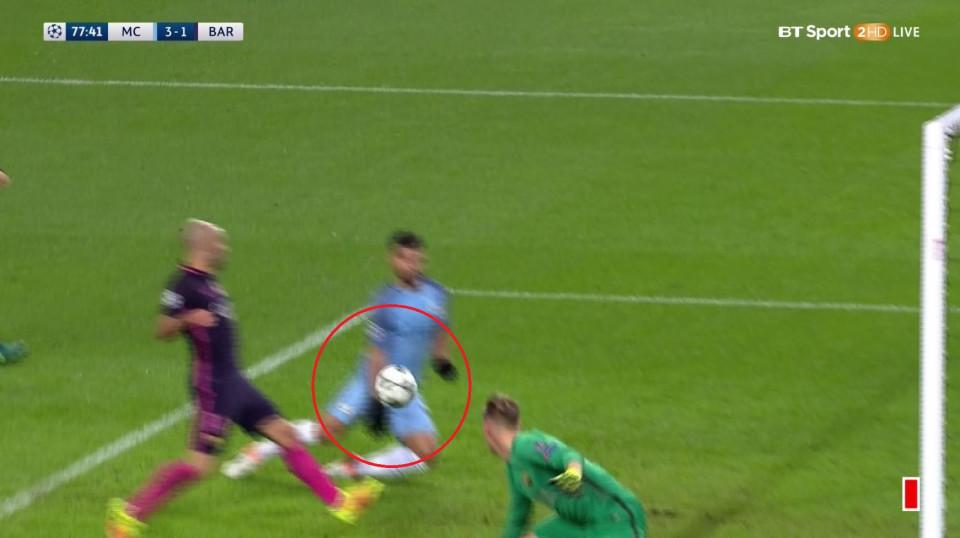 Man City bị tố thắng 'xấu xí' nhờ bàn tay nhỏ Aguero