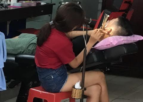 Cô gái trong tiệm hớt tóc và bí mật bị mẹ ruột bỏ rơi