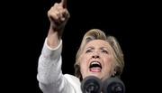 Hillary khản giọng chĩa tay đả kích Trump