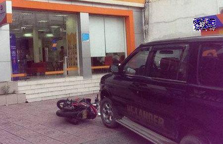 Ngân hàng báo động vì kẻ lạ thả vật nghi là lựu đạn khói