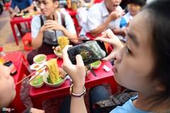 Cơn sốt mỳ bay 'náo loạn' giới trẻ Sài Gòn
