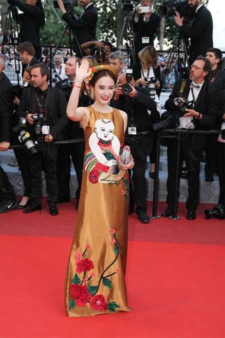Angela Phương Trinh hết ôm chó lại đến múa quạt trên thảm đỏ