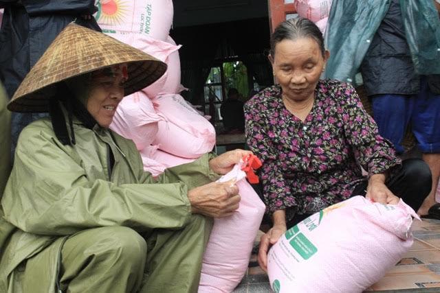 Tập đoàn Lộc Trời: Trao 5000 suất quà cho đồng bào miền Trung