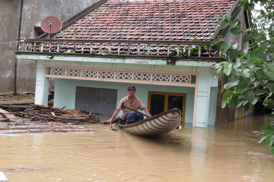 Miền Trung lũ lụt khắp nơi, miền Bắc nắng hanh