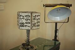 Lồng đèn là biển số xe, đèn chùm từ chai rượu cũ
