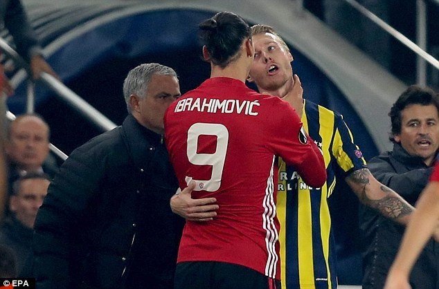 Ibrahimovic nổi đóa, bóp cổ cầu thủ Fenerbahce