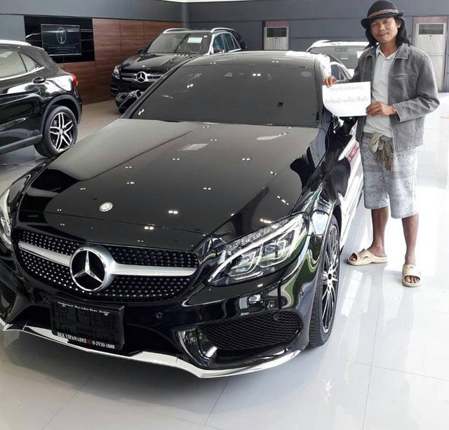 đôi dép lê, trang phục, người đàn ông, đại lý bán xe Mercedes-Benz, showroom Mercedes, cái kết, hotgirl, mua xe, ô tô, xe sang,